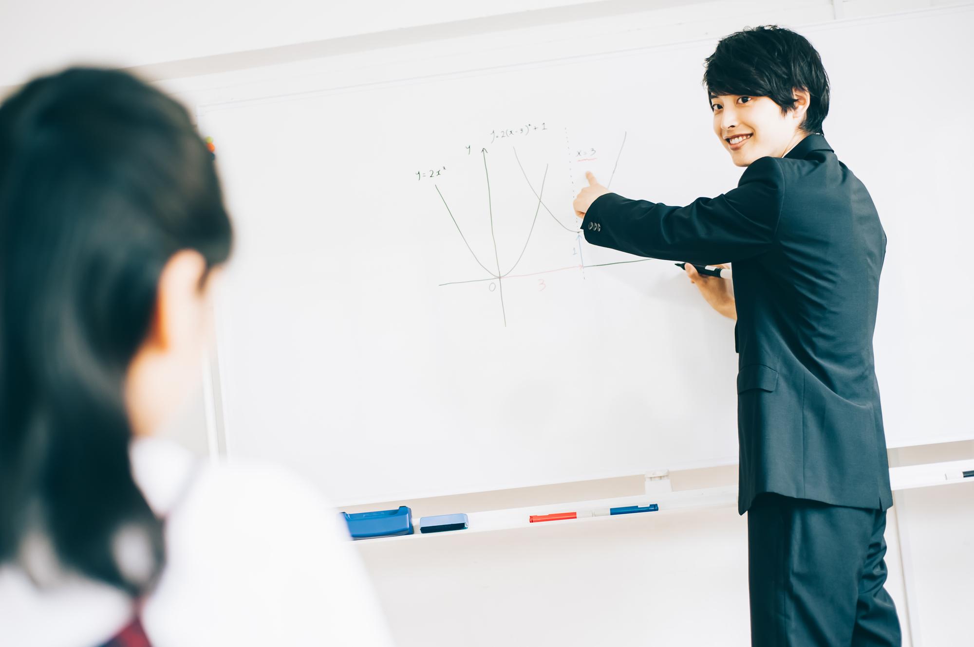 授業をする東大生講師